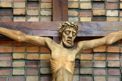 La figura di legno di Gesù ha crocifitto, nella chiesa durante la Pasqua Fotografia Stock Libera da Diritti
