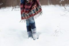 La figura di una giovane donna in sciarpa etnica luminosa con il modello porpora, bianco e blu Fotografie Stock