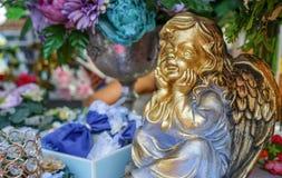 La figura dorata di un angelo con le ali fotografie stock libere da diritti