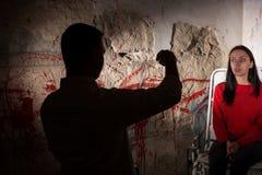La figura masculina vaga vierte el líquido de los cubiletes delante de patien Foto de archivo libre de regalías