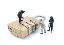 La figura miniatura concepto del hombre del ladrón roba datos imagen de archivo