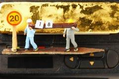 La figura modelo del trabajador de construcción lleva escena de madera y del papel Fotos de archivo