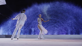 La figura patinadores junta el baile en el hielo con las cometas almacen de video