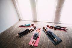 La figura perfetta yoga del gruppo delle donne si rilassa dopo un allenamento Immagini Stock Libere da Diritti