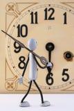 la figura repara el reloj antiguo 2 Imágenes de archivo libres de regalías