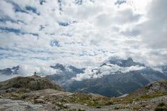 La figura solitaria mira sobre el macizo de Mont Blanc, cerca de Chamonix, Francia fotografía de archivo