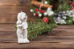 La figure d'un ours blanc avec un bébé dans des ses bras Jouets de Noël Guirlande Cadre d'hiver de Noël sur le fond en bois foncé images stock