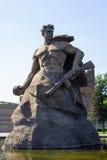 La figure d'un soldat par la roche - symbole des combattants et défendent Photographie stock