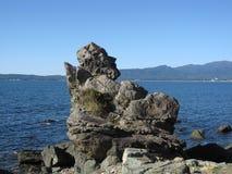 La figurina gradisce la pietra su una costa rocciosa giapponese Fotografia Stock Libera da Diritti