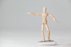 La figurine en bois se tenant avec des bras a écarté sur une souris Photos stock