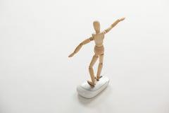La figurine en bois se tenant avec des bras a écarté sur une souris Photographie stock