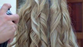 La fijación se encrespa con la laca para el pelo Preparación para casarse almacen de video