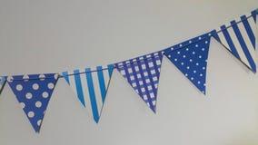 La fila blu delle bandiere di carta ha preparato per la celebrazione fotografia stock libera da diritti