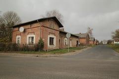 La fila de casas enumeró como monumentos en Dargezin, Mecklemburgo-Pomerania Occidental, Alemania Fotos de archivo libres de regalías