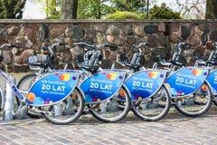 La fila de la ciudad bikes para el alquiler en las estaciones de acoplamiento en la ciudad vieja, Varsovia Fotos de archivo libres de regalías
