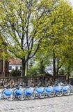 La fila de la ciudad bikes para el alquiler en las estaciones de acoplamiento en la ciudad vieja, Varsovia Fotografía de archivo