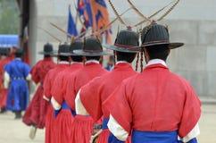 La fila de guardias armados en soldado tradicional antiguo uniforma en la residencia real vieja, Seul, Corea del Sur Fotos de archivo