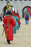 La fila de guardias armados en soldado tradicional antiguo uniforma en la residencia real vieja, Seul, Corea del Sur Foto de archivo libre de regalías