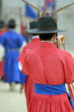 La fila de guardias armados en soldado tradicional antiguo uniforma en la residencia real vieja, Seul, Corea del Sur Imagen de archivo libre de regalías