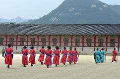 La fila de guardias armados en soldado tradicional antiguo uniforma en la residencia real vieja, Seul, Corea del Sur Imagenes de archivo