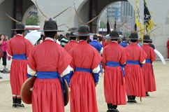 La fila de guardias armados en soldado tradicional antiguo uniforma en la residencia real vieja, Seul, Corea del Sur Fotografía de archivo libre de regalías