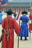 La fila de guardias armados en soldado tradicional antiguo uniforma en la residencia real vieja, Seul, Corea del Sur Foto de archivo