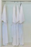 La fila de la albornoz cuelga en guardarropa Imagen de archivo libre de regalías