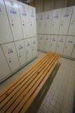 La fila de los armarios de acero a lo largo de la silla, vestuario para el trabajador en sitio del trabajo, mantiene pertenecer p Foto de archivo libre de regalías
