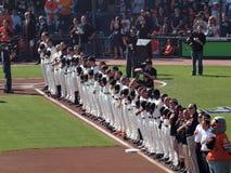 La fila de los jugadores de Giants se coloca con los sombreros quitado durante el nacional Imagenes de archivo