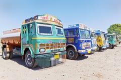 La fila dei camion indiani variopinti ha parcheggiato ad un Dhabh Fotografia Stock Libera da Diritti