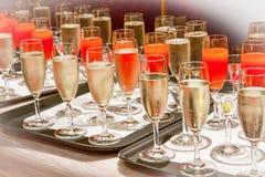 La fila dei vetri riempiti di champagne ha allineato pronto Fotografie Stock