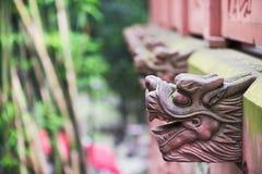 La fila del drago rosso si dirige in un tempio cinese del taoist Immagine Stock Libera da Diritti