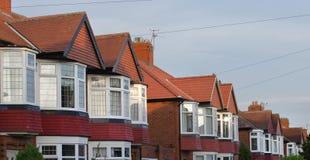 La fila del ladrillo y de la teja construyó casas semi separadas Fotos de archivo libres de regalías