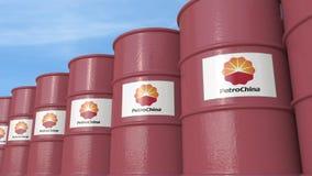 La fila del metal barrels con el logotipo de PetroChina contra el cielo, representación editorial 3D Stock de ilustración