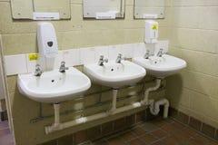 La fila del wc delle toilette pubbliche dei bacini avverte l'acqua calda e non beve il segno dell'acqua fotografia stock