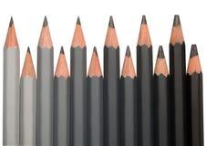 La fila della grafite nera disegna a matita con durezza differente immagine stock