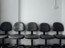 La fila delle sedie dell'ufficio per la gente si siede l'intervista aspettante immagini stock libere da diritti