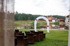 La fila delle sedie di legno ha assicurato il sedile nel giorno delle nozze Fotografie Stock Libere da Diritti