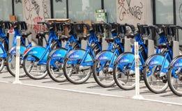 La fila di Citi Bikes l'attesa da affittare in Manhattan Fotografia Stock