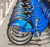 La fila di Citi Bikes l'attesa da affittare in Manhattan Immagine Stock