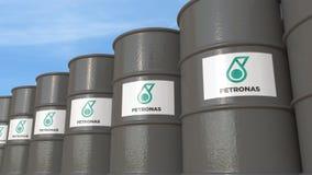 La fila di metallo barrels con il logo di Petronas contro il cielo, rappresentazione editoriale 3D Immagine Stock