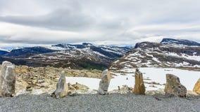 La fila di pietra e la montagna nevosa completa, Dalsnibba Norvegia Fotografia Stock Libera da Diritti