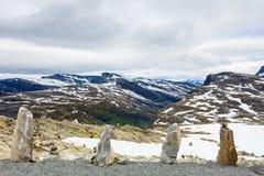 La fila di pietra e la montagna nevosa completa, Dalsnibba Norvegia Immagini Stock Libere da Diritti