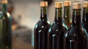 La fila di vino d'annata imbottiglia una cantina archivi video