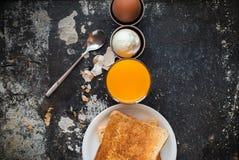 La fila Eggs Juice Toasts Shabby Breakfast Concept Fotografie Stock Libere da Diritti