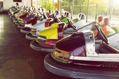 La fila larga de coches de parachoques coloridos parqueó en un parque de atracciones Fotografía de archivo libre de regalías