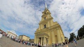 La file d'attente chez l'église orthodoxe, l'ove de nuages la flèche de St Peter et le Paul Cathedral dans le St Petersbourg, Rus banque de vidéos