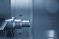 La filettatura di alluminio sul tornio di CNC Immagine Stock Libera da Diritti