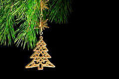 La filiale di un albero di Natale decorato sul nero Immagini Stock Libere da Diritti