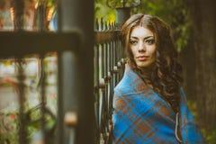 La fille à la barrière de fer Photographie stock libre de droits